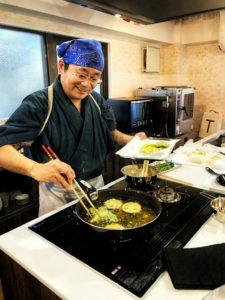 天ぷらをあげてくださる岩品先生